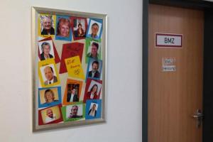 Wandbild mit den Arbeitskreis-Leitern (Foto: Peter Pernsteiner)