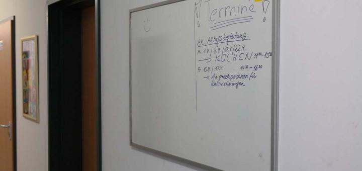 Whiteboard/Magnetwand für die Unterkunft (Foto: Peter Pernsteiner)